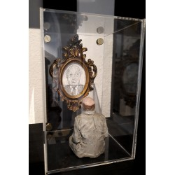 ISAAC CORDAL - Family Portrait II - Sculpture with drawing and plexiglass case
